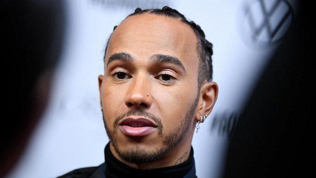 Šestinásobný mistr světa formule 1 Lewis Hamilton kritizoval představitele svého sportu za to, že se nevyjádřili ke smrti Afroameričana George Floyda.