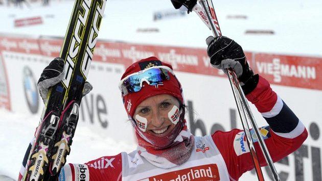 Norská lyžařka Marit Björgenová se raduje z vítězství.