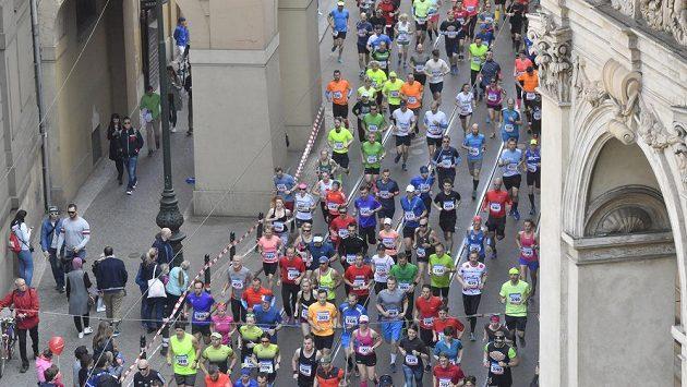 Tisíce běžců vyrazí v neděli do Prahy.