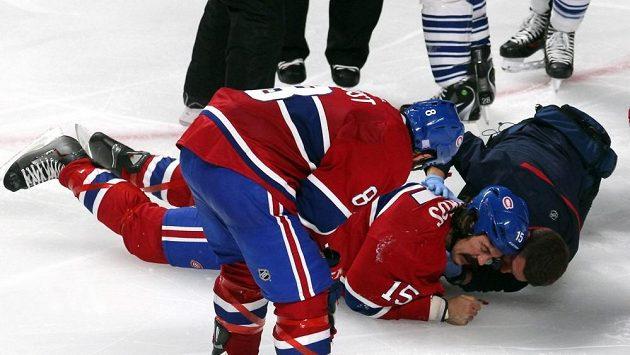 Týmový lékař Montrealu se snaží postavit na led Parrose, který na bitku s Orrem s Torontem doplatil chvilkovým bezvědomím a otřesem mozku.
