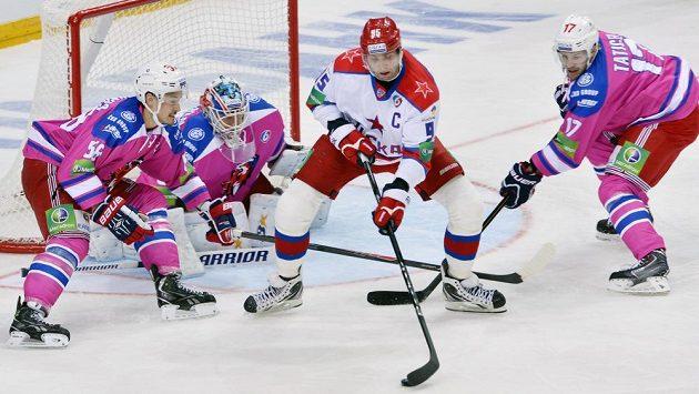 Alexej Morozov z CSKA (uprostřed) střílí první gól zápasu na ledě pražské O2 areny. Hráči Lva nastoupili do utkání v růžových dresech, chtějí tak podpořit boj proti rakovině prsu.