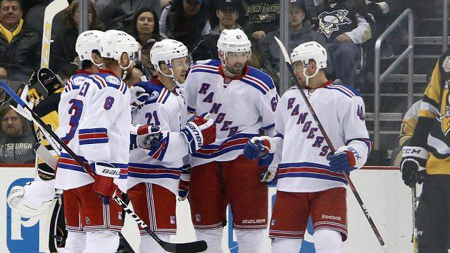 Hokejisté New Yorku Rangers se radují z branky.