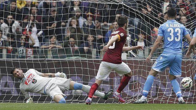 Miralem Pjanič (uprostřed) střílí vítězný gól fotbalistů AS Řím v ligovém duelu s Neapolí.