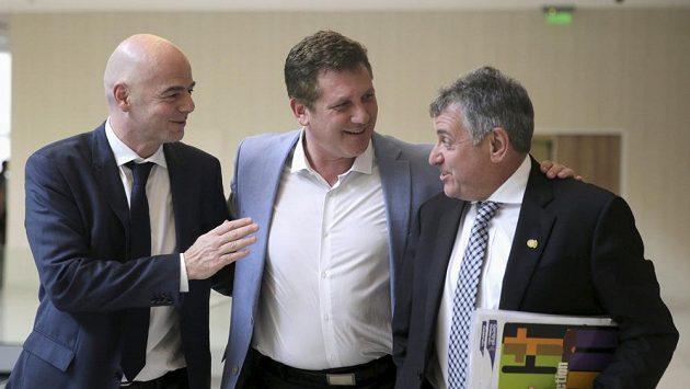 Generální sekretář UEFA Gianni Infantino (vlevo), nový šéf CONMEBOL Alejandro Dominguez (uprostřed) a Wilmar Valdez, který zastával pozici šéfa jihoamerického fotbalu prozatimně.