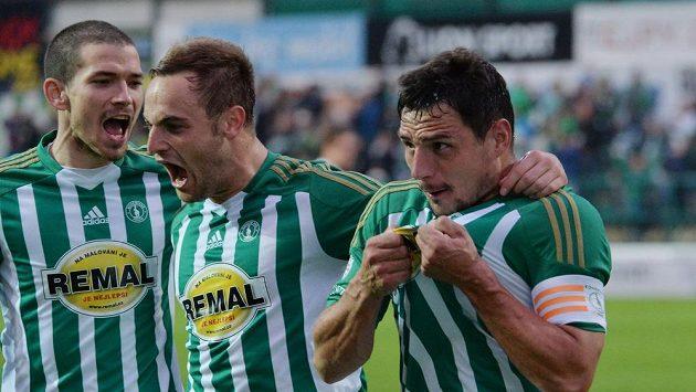 Zleva David Bartek, Matúš Mikuš a Josef Jindřišek z Bohemians se radují z gólu v utkání s Českými Budějovicemi.
