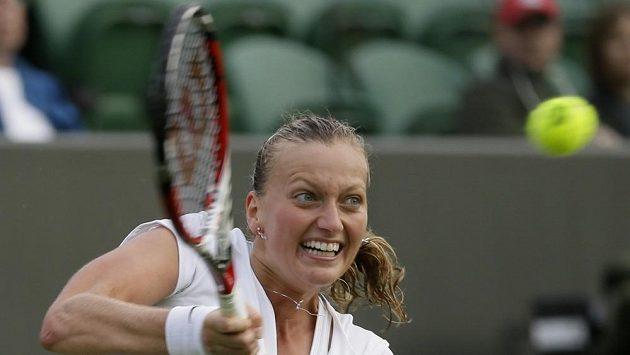 Petra Kvitová na trávě ve Wimbledonu.