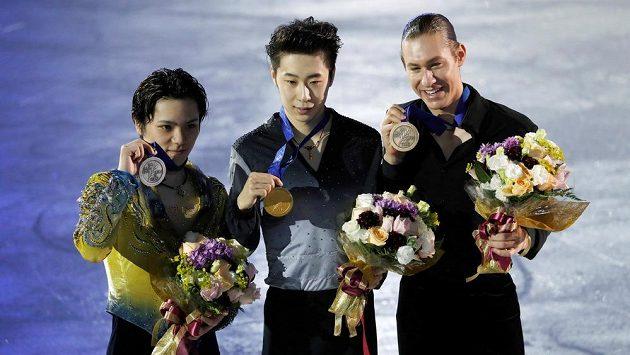 Trio medailistů na mistrovství čtyř kontinentů. Zleva Japonec Šoma Uno, uprostřed vítěz Ťin Po-jang a vpravo bronzový Američan Jason Brown.