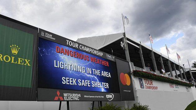 Světelná tabule na turnaji v Atlantě varovala diváky, že hrozí zásah bleskem.