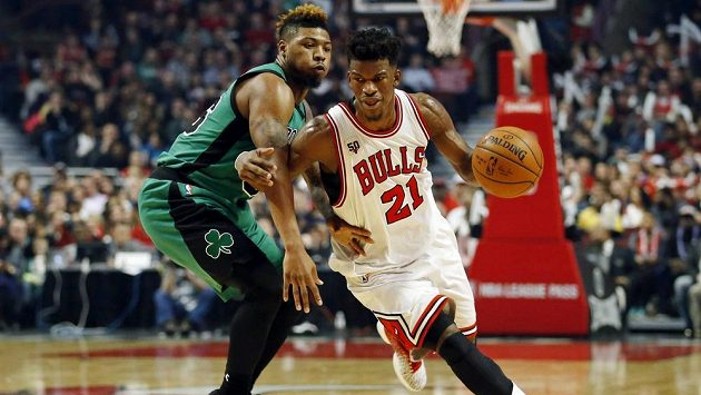 Basketbalista Chicaga Jimmy Butler (vpravo) a Marcus Smart z Bostonu v zápase NBA.