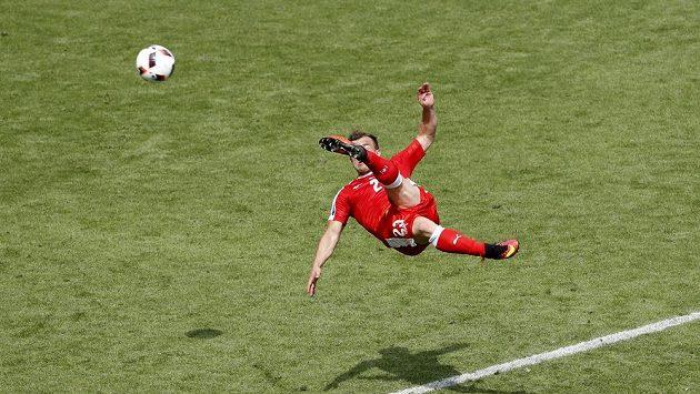 Švýcar Xherdan Shaqiri střílí nůžkami vyrovnávací gól proti Polsku.