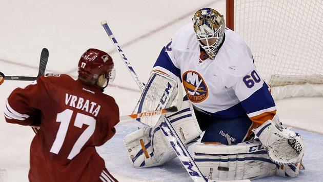 Radim Vrbata atakuje branku Islanders ve čtvrtečním duelu NHL.