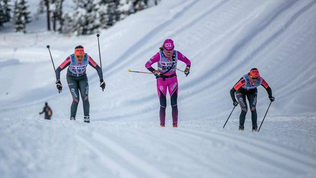 Kateřina Smutná (uprostřed) při závodu Kaiser Maximilian Lauf v Seefeldu.