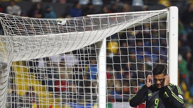 Útočník Mexika Raul Jimenez se chytá za hlavu, poté co neproměnil jednu ze šancí v zápase proti Bolívii na mistrovství Jižní Ameriky.