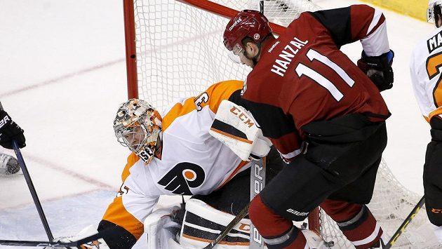 Brankář Flyers Steve Mason zasahuje proti střele Martina Hanzala.