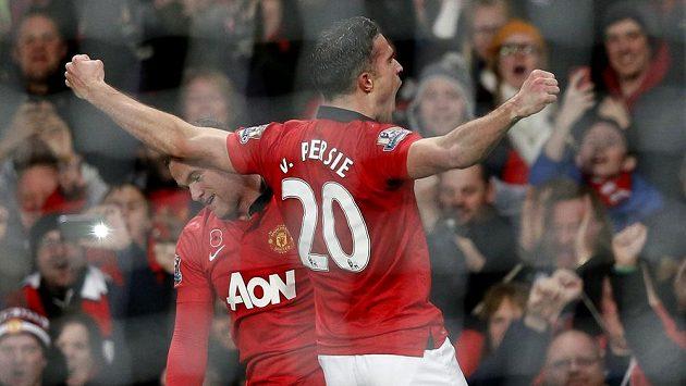 Útočník Manchesteru United Robin van Persie (vpravo) se raduje se spoluhráčem Waynem Rooneym z gólu do sítě Arsenalu.