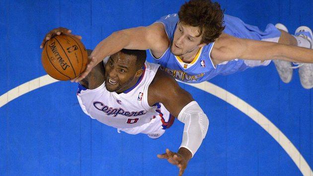 Basketbalista Denveru Nuggets Jan Veselý se snaží zablokovat při střelbě Glena Davise z Los Angeles.