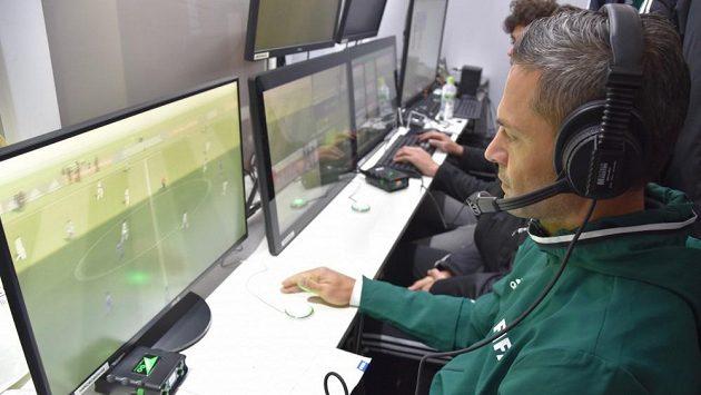 Pro fotbal historická chvíle. Na zápasy mistrovství světa budou dohlížet i videorozhodčí.