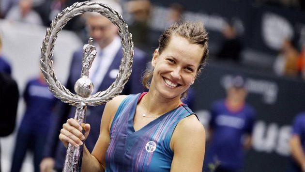 Barbora Strýcová pózuje s trofejí určenou pro vítězku turnaje v Linzi.