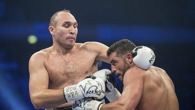 """Boxer Manuel Charr byl oslavován jako první německý mistr světa těžké váhy od éry legendárního Maxe Schmelinga ze začátku 30. let, nyní vyšlo najevo, že libanonský rodák nevlastní německý pas. Jeho žádost je """"u ledu."""""""