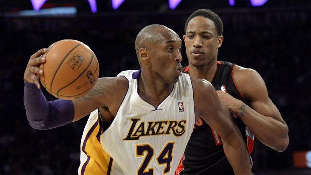 Pětatřicetiletý rozehrávač Kobe Bryant (vlevo) v duelu s Torontem.
