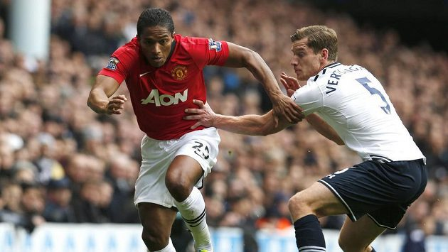 Obránce Tottenhamu Hotspur Jan Vertonghen (vpravo) v souboji s Antoniem Valenciou z manchesteru United.