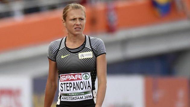 Zklamaná ruská běžkyně Julia Stěpanovová dochází do cíle rozběhu na 800 m.