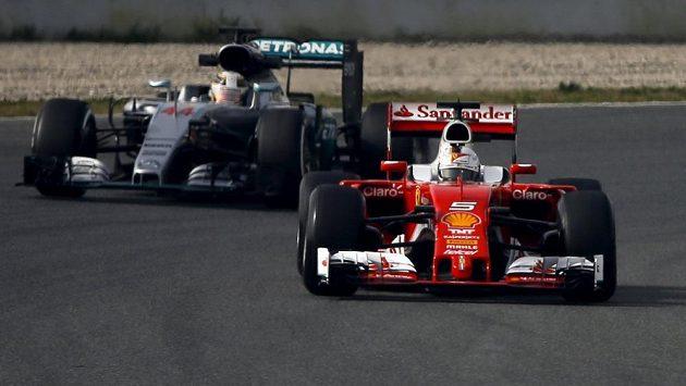 Sebastian Vettel (vpředu), za ním Lewis Hamilton během pondělních testů v Barceloně.