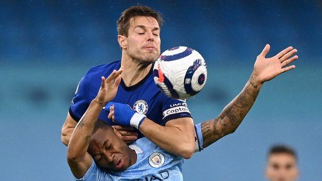 Fotbalista Manchesteru City Raheem Sterling v souboji o míč s hráčem Chelsea Césarem Azpilicuetou během utkání 35. kola Anglické Premier League.