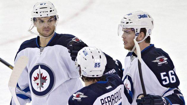 Útočník Winnipegu Michael Frolík (vlevo) v debatě se spoluhráči. Zády Mathieu Perreault a křídelník Adam Lowry (vpravo).