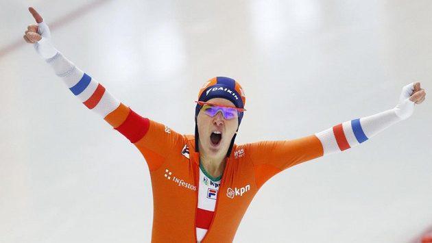 Nizozemska Ireen Wüstová se raduje po triumfu na 1500 m.