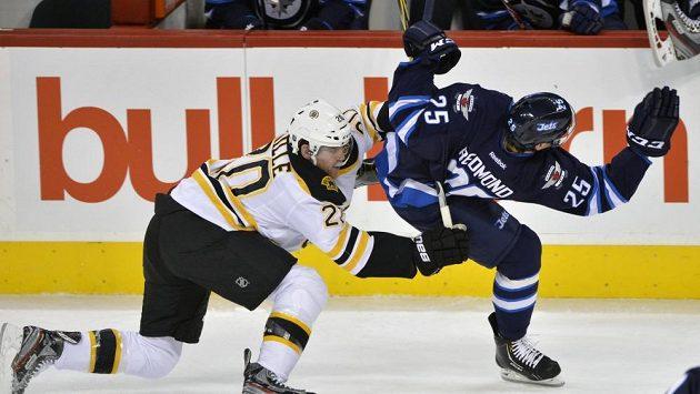 Americký hokejista Zach Redmond (vpravo) z Winnipegu při posledním utkání před zraněním.