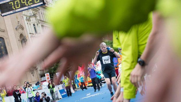Poslední běžec v cíli. I to je umění. Doběhnout maratón.