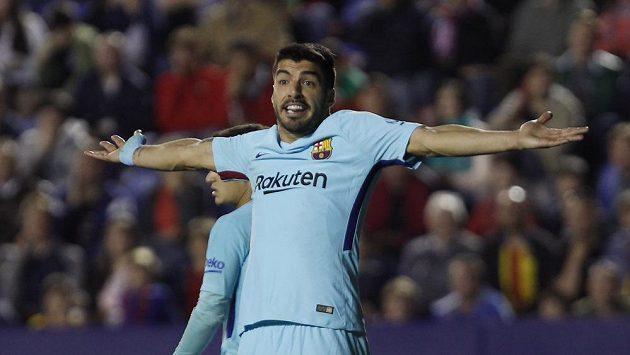Barcelonský Luis Suárez nesouhlasí s výrokem sudího během utkání španělské ligy v Levante. Slavný katalánský klub prohrál 4:5.