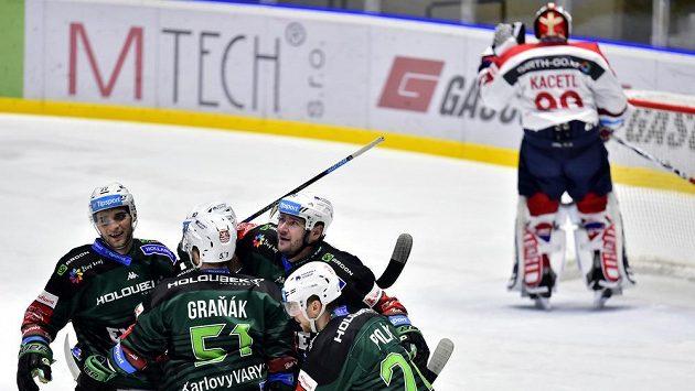 Hráči karlových Varů se radují z gólu proti Pardubicím.