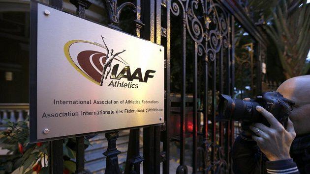 Fotograf míří na logo Mezinárodní atletické federace IAAF v jeho sídle v Monaku.