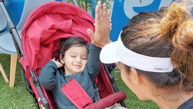 Sania Mirzaová si po výhře plácla se synem.