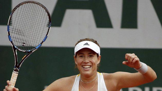 Španělská tenistka Garbiñe Muguruzaová se raduje z postupu do čtvrtfinále French Open.