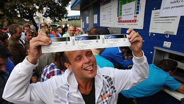 Šťastný fanoušek drží v rukou vstupenky na domácí zápasy Plzně v Lize mistrů.