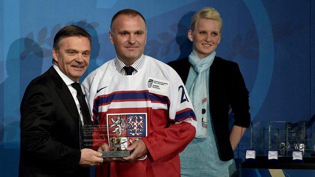 Prezident IIHF René Fasel a Robert Reichel během uvedení bývalého českého hokejisty do Síně slávy IIHF v květnu 2015.