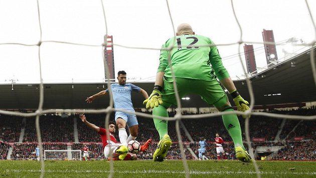 Sergio Agüero dává druhý gól Manchesteru City proti Middlesbroughu ve čtvrtfinále FA Cupu.