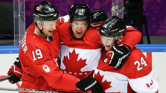Útočník Kanady Jamie Benn se raduje z gólu proti USA se spoluhráči Jayem Bouwmeesterem (vlevo) a Corey Perrym v semifinále olympiády.