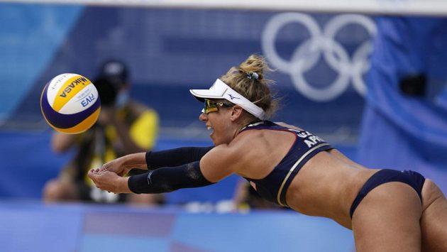 Američanka April Rossová předvádí nádherný zákrok v semifinále olympijského turnaje v plážovém volejbalu.