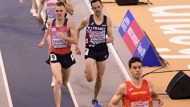 Filip Sasínek při doběhu finále patnáctistovky na halovém ME v Glasgow.