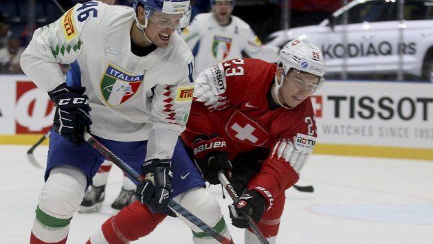 Italský hokejista Ivan Deluca v souboji se Švýcarem Philippem Kurashevem během utkání mistrovství světa.