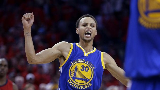 Basketbalista Golden State Stephen Curry se raduje z vítězství nad New Orleans.