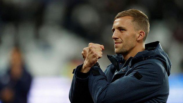 Český záložník Tomáš Souček a jeho kladiva pro fanoušky West Hamu před utkáním s Liverpoolem.