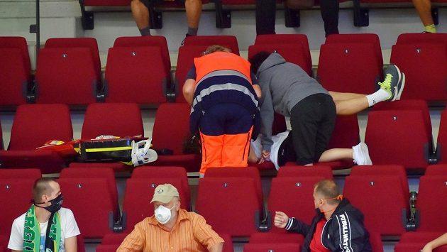 Záchranáři ošetřují diváka zasaženého pukem během utkání hokejového Poháru Generali České pojišťovny.