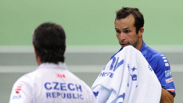 Tenista Radek Štěpánek přichází k nehrajícímu kapitánovi Jaroslavu Navrátilovi po jednom z gamů v zápase s Robinem Haasem.