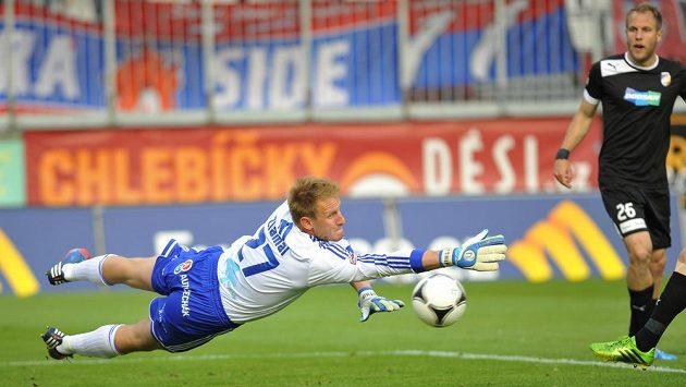 Brankář Olomouce Zdeněk Zlámal (vlevo) zasahuje v utkání proti Plzni. Vpravo přihlíží jediný střelec zápasu Daniel Kolář.