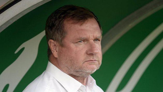 Trenér Plzně Pavel Vrba sleduje dění na hřišti během 4. ligového kola proti Bohemians.